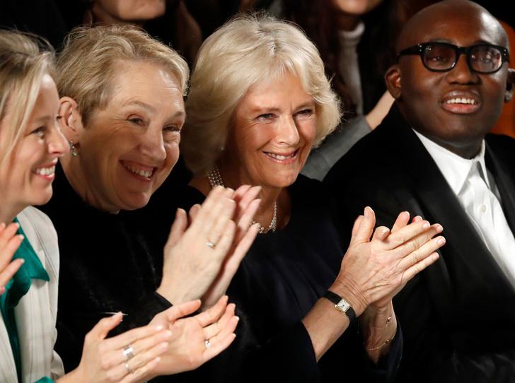 Фото №1 - Герцогиня Камилла стала гостьей Недели моды в Лондоне (и повторила успех Королевы)