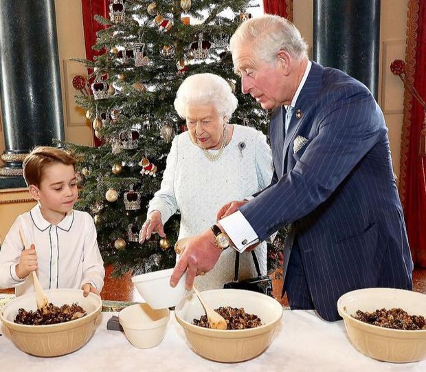 Фото №22 - Самые трогательные фотографии королевских бабушек и дедушек с внуками