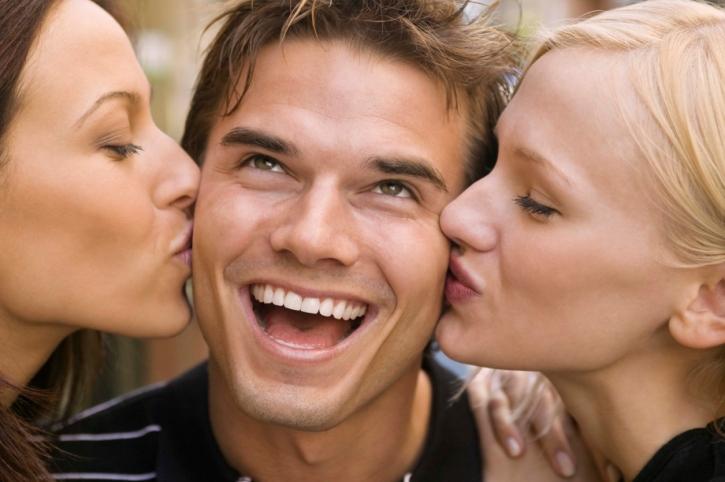 Мужик с двумя девушками фото