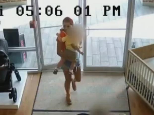 Фото №1 - Мать украла детскую коляску, но забыла в магазине ребенка