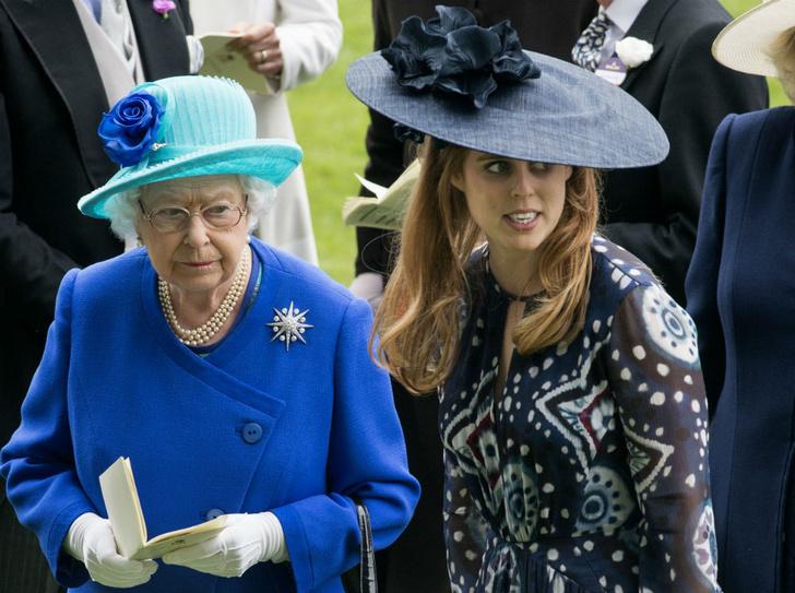 Фото №1 - Свадебный подарок от Королевы, который достался Гарри и Уильяму, но не Беатрис