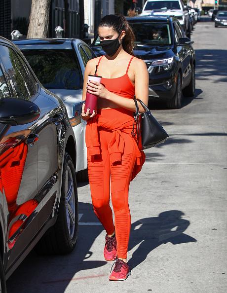 Фото №2 - Почему спортом лучше заниматься в морковном оттенке? Показывает топ-модель Сара Сампайо