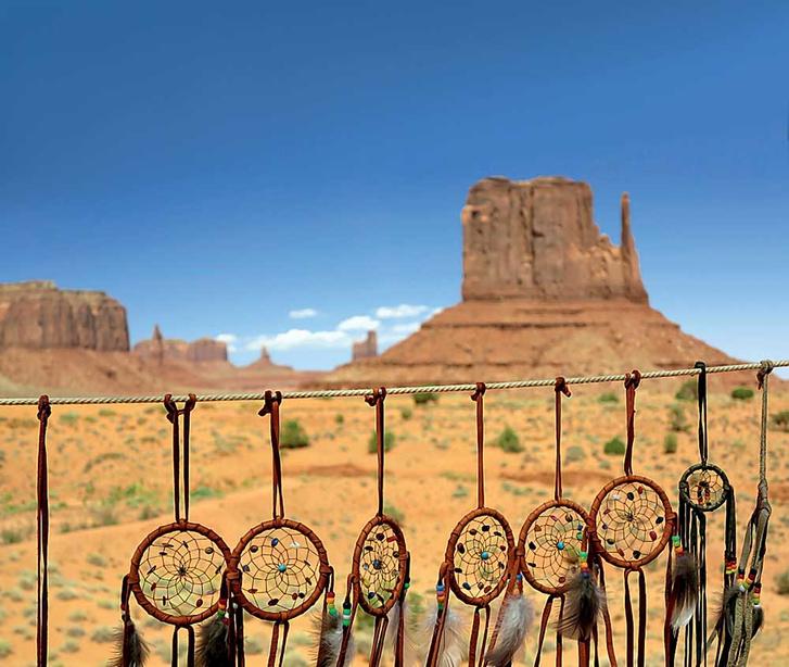 urbanbuzz / Shutterstock.com<strong>Долина памятников. Территория резервации индейцев навахо. На переднем плане ловцы сновидений — индейские талисманы, защищающие спящих от дурных снов</strong>