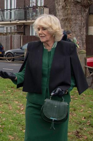 Фото №2 - Герцогиня Камилла купила себе сумку, как у Меган Маркл