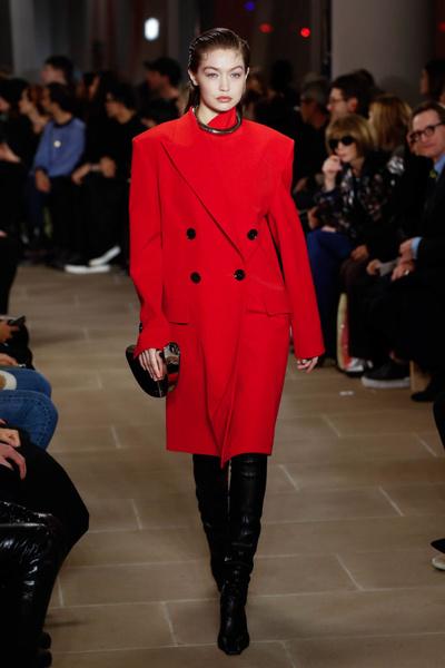 Фото №1 - Платья на одно плечо и пальто-пледы в новой коллекции Proenza Schouler
