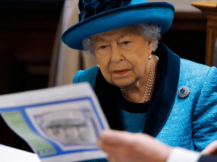 Фото №1 - Королевская подпись: о чем говорит почерк Елизаветы II