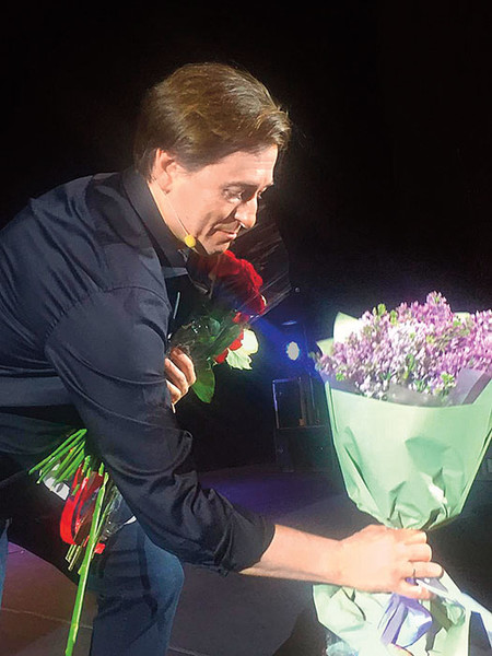 Фото №7 - Что фанаты дарят Киркорову, Баскову, Лободе и другим звездам