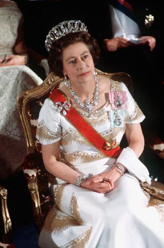 Фото №38 - Какую тиару Елизавета II одолжит Меган Маркл на свадьбу: делаем ставки