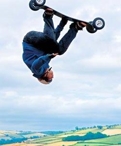 ALAMY/PHOTASТак уж сложилось, что большинство любителей активного отдыха наслаждаются своим хобби сезонно: лыжами и сноубордом — зимой, скейтом и роликами — летом.