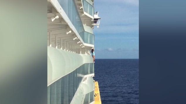 Фото №1 - Пассажирку высадили с лайнера и внесли в пожизненный черный список за опасное селфи