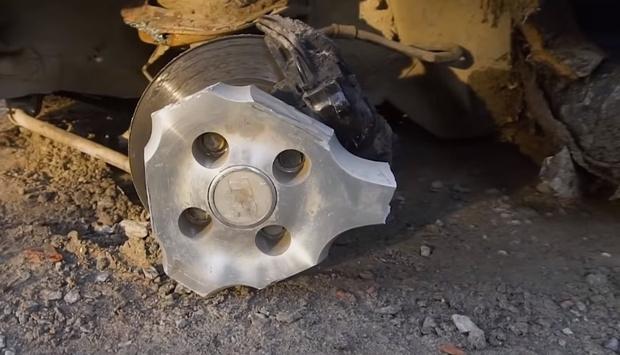 Фото №1 - Сколько спиц можно отпилить у колес автомобиля, чтобы он продолжал ездить: эксперимент (видео)