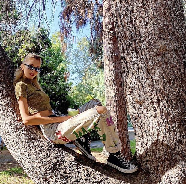 Фото №3 - Супермодель Стелла Максвелл пьет зеленый смузи и залезает на деревья в самых необычных летних джинсах