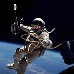 Фото №1 - Астронавты вышли в открытый космос