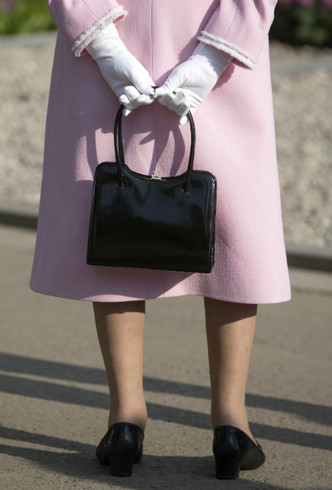 Фото №5 - Не просто аксессуар: почему Елизавета почти всегда носит перчатки