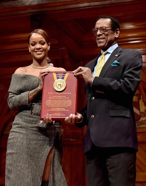 Фото №2 - Рианна получила премию Гарвардского университета за помощь людям