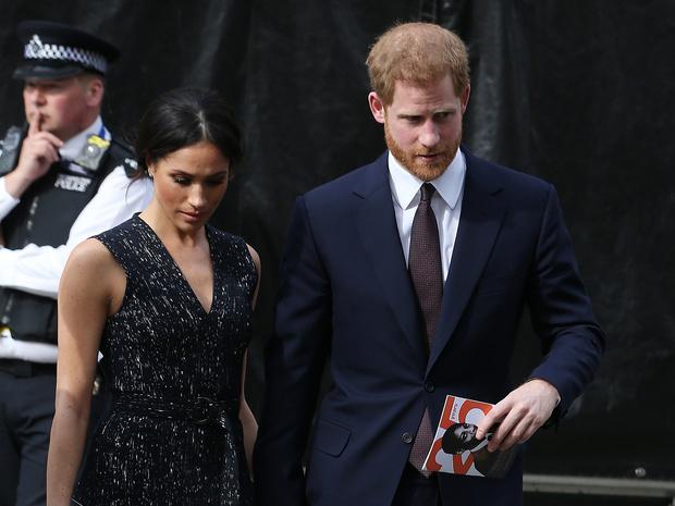 Фото №2 - Главная причина, почему Королева не будет лишать Гарри и Меган их титулов