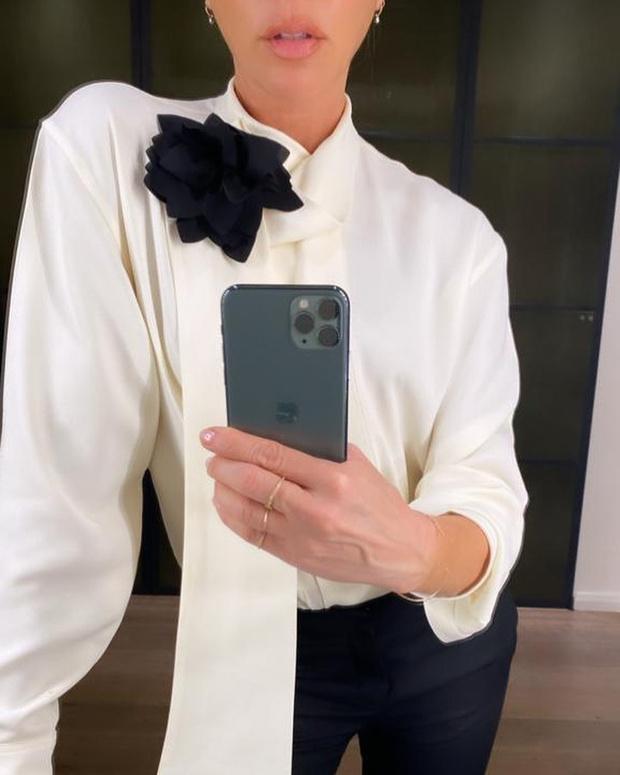 Фото №1 - Кто тут босс: эффектный наряд Виктории Бекхэм для деловой встречи