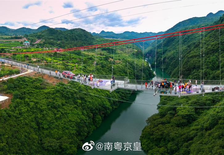 Фото №1 - В Китае открыли самый большой в мире стеклянный мост, и выглядит он грандиозно (фото и видео)