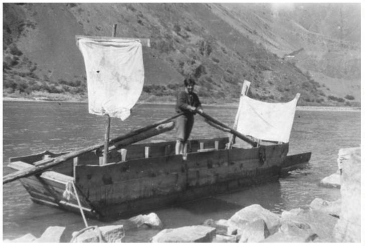 Глен Хайд в 20-футовой деревянной лодке, которую смастерил сам
