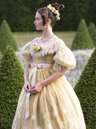 Эмили Блант в роли молодой королевы Виктории