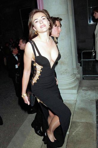 Фото №20 - От Дианы до Рианны: самые скандальные платья в истории моды