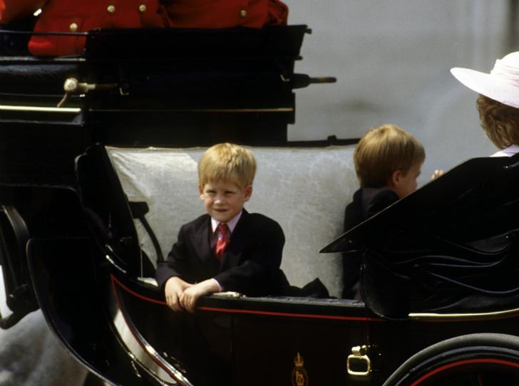 Фото №3 - Почему Королева-мать была близка с Уильямом, но не общалась с Гарри