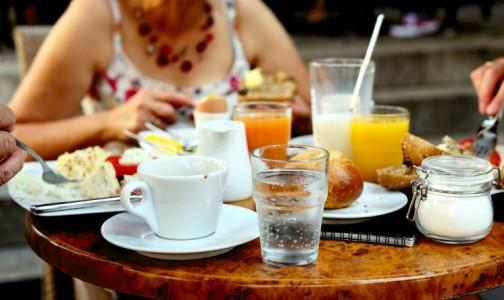 Фото №1 - Можно ли на самом деле пить во время еды  - мнение врача