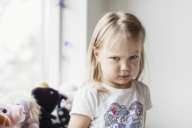 Ребенок упрямится и вредничает, что делать: советы психолога