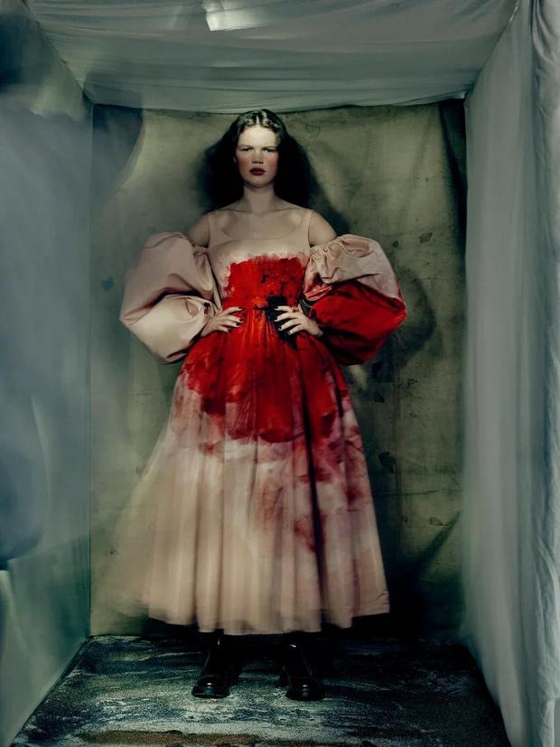 Фото №1 - Кровь на пышных платьях в лукбуке Alexander McQueen FW21