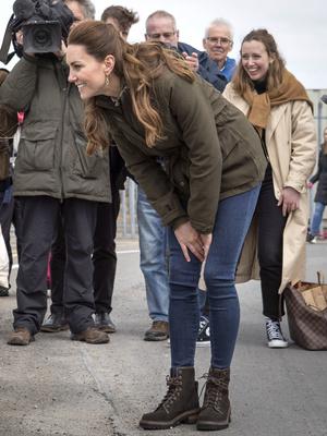Фото №7 - Клетка, джинсы и костюмы: все наряды герцогини Кейт в туре по Шотландии