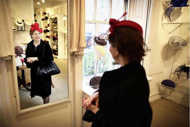 Фото №7 - Хитроумные шляпники: где делают головные уборы для королевы