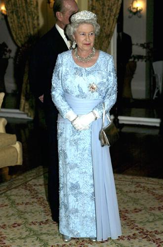 Фото №4 - Концепция дизайна свадебного платья Меган Маркл меняется в угоду Королеве