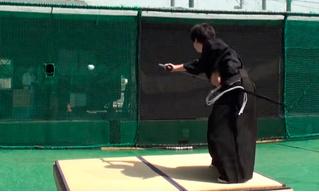 Современный самурай разрезает бейсбольный мяч, летящий на скорости 160 км/ч (видео)