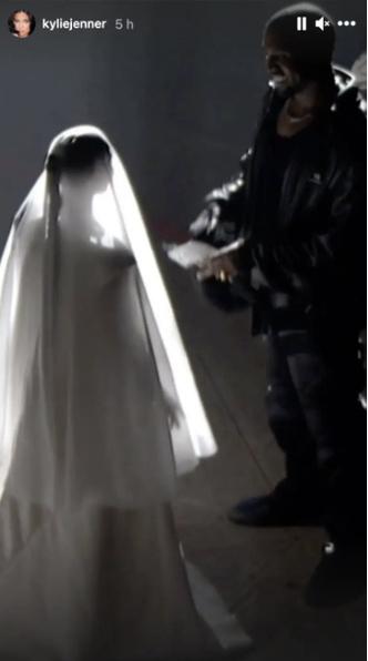 Фото №4 - Ким Кардашьян снова стала невестой на концерте Канье Уэста 🤯
