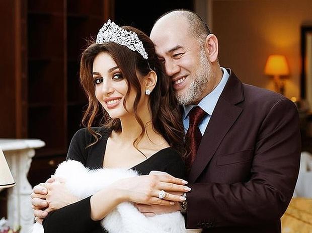 Фото №1 - Вот что требует при разводе «Мисс Москва» от бывшего короля Малайзии
