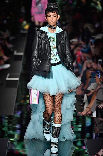 Фото №7 - Стразы, ботфорты и колготки в сеточку: как в моду входит все то, что раньше считалось безвкусицей