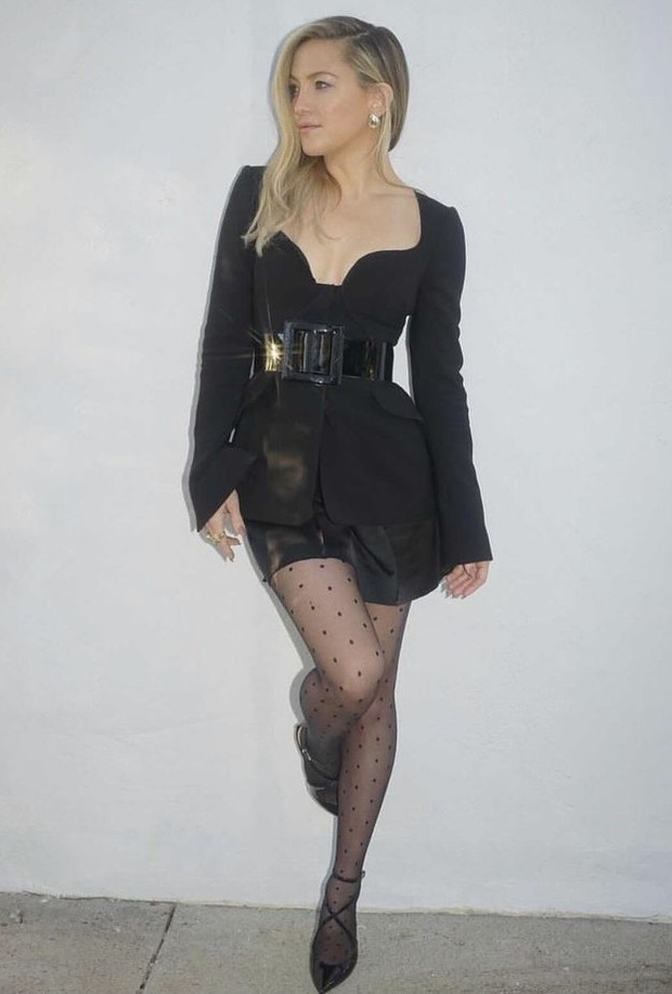Фото №1 - Короткая юбка и соблазнительный вырез: Кейт Хадсон в невероятном костюме Carolina Herrera