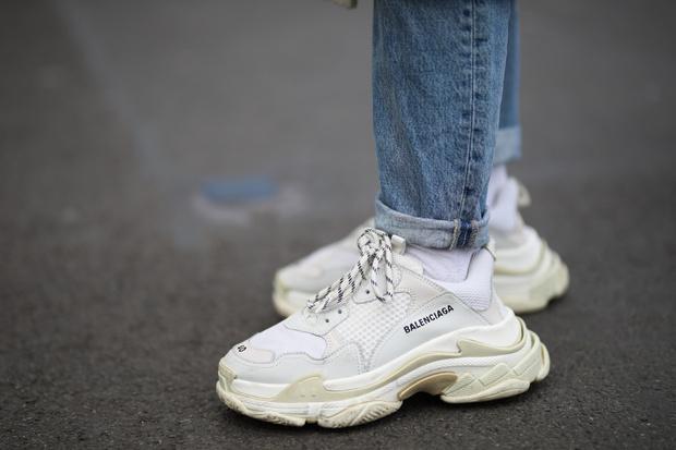Фото №1 - Эволюция модных кроссовок: в 2010-х все носили на платформе, а в 2020-х покупают «папины»