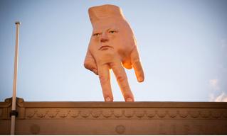 Очень странная скульптура «рука-лицо» появилась на крыше в Новой Зеландии