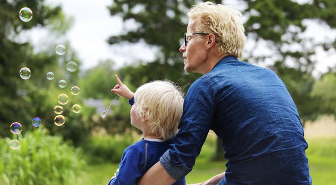Близкие отношения с родителями делают детей умнее