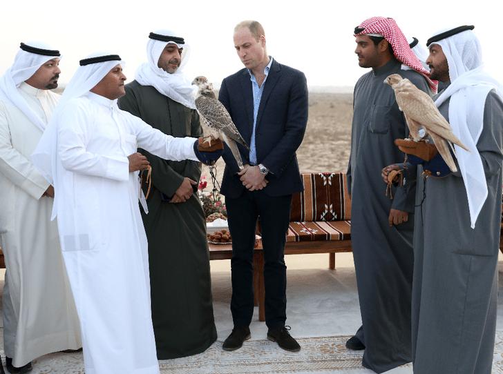 Фото №2 - Без Кейт и детей: принц Уильям отправился в тур по Кувейту