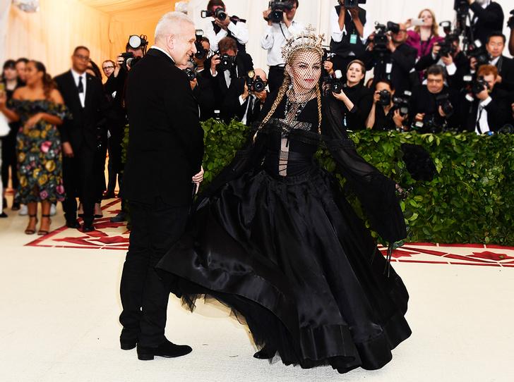 Фото №2 - Мадонна затмила Божественный свет на Met Gala 2018