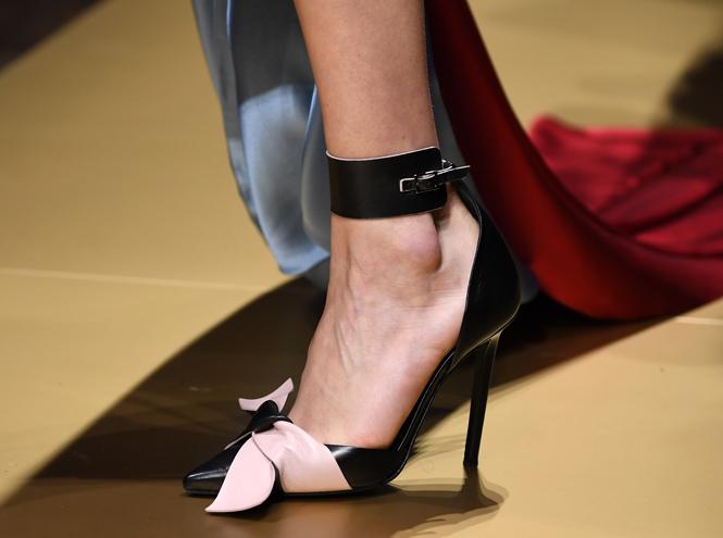 Фото №16 - Плащи Haute Couture и туфли с бантами на парижском показе Versace