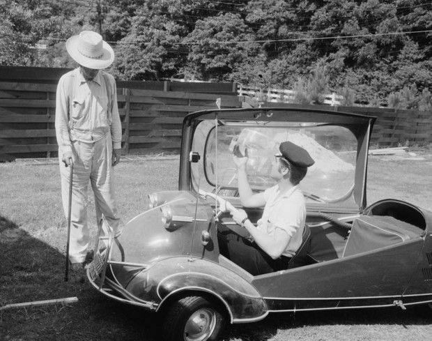 После красного «Жука» и настоящего танка ты, должно быть, ничему не удивляешься, верно? Думаешь, Элвис мог в качестве средства передвижения выбрать столь нелепый автомобильчик как «Месcершмит-Кабинроллер»? Конечно! Это лупоглазое трехколесное чудо обитало