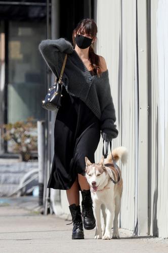 Фото №3 - Платье-комбинация + массивные ботинки: редкое появление Камилы Морроне, девушки Леонардо Ди Каприо