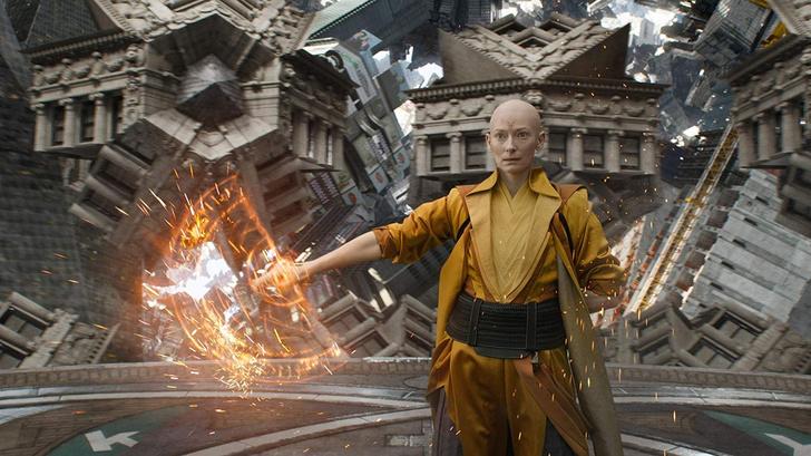 Фото №1 - «Расистский стереотип»: почему Marvel пожалели, что взяли Тильду Суинтон на роль Старейшины в «Докторе Стрэндже»
