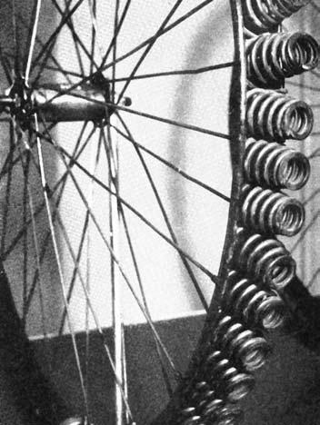 Велосипедисты в ту пору страдали не меньше автомобилистов. Представляем плавность хода, которую обеспечивали такие вот шины…
