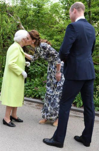 Фото №3 - О чем говорит невероятно теплое приветствие королевы и Кейт Миддлтон в Челси
