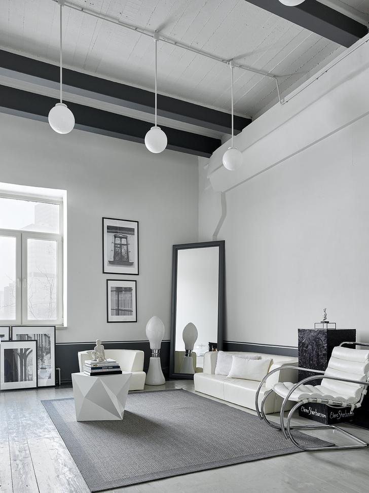 На стене кабинета— фотографии из альбома «Окна» авторства Натальи Юнг, Светланы Озеровой, OYbureau. Диван и кресло, Unital. Справа— кресло от Alivar. Торшер, винтаж, галерея «20th century lamps».