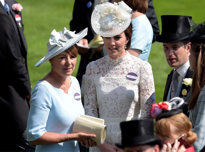 Фото №2 - Гардероб Кэрол Миддлтон: как одевается мама герцогини Кембриджской